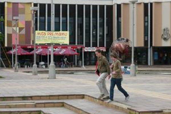 Členenie. Plochy námestia Centrum sú v rôznych výškach. Architekti pri rekonštrukcii navrhujú aj rampy pre imobilných.