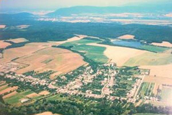 Zamorené územie. V popredí obec Poša, za ňou odkalisko, v pozadí komíny Chemka. Mimo obrázku vľavo Bukocel Vranov nad Topľou.