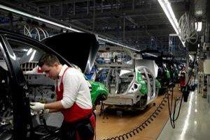 Priemysel v novembri potiahla najmä výroba dopravných prostriedkov, ktorá stúpla medziročne o 16,2 percenta. Na snímke výrobné priestory automobilky Kia pri Žiline.