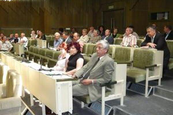 Ťažká hodinka. Humenskí poslanci včera rokovali o budúcnosti futbalu v meste.