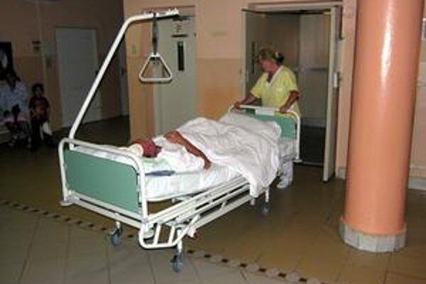 Zrazený muž. Nad otcom rodiny, 41-ročným Milanom, stáli v stredu všetci anjeli. Muž skončil so zraneniami v nemocnici.