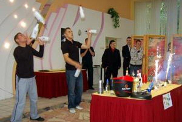 Pastva pre oči. Mladí Poliaci ukázali študentom svoj freestyle na hranici cirkusového umenia.