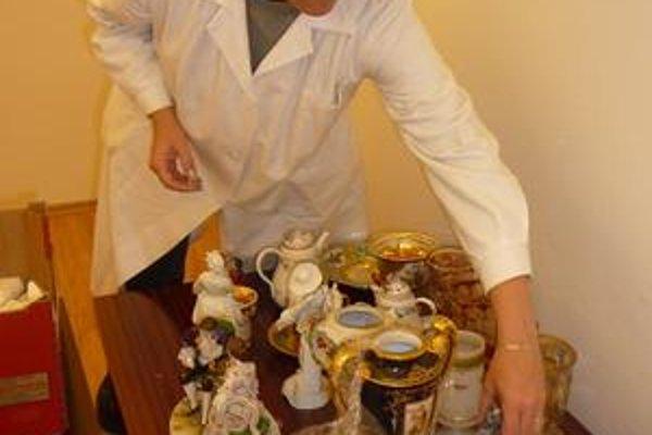 Historické exponáty. Konzervátorka Renáta Kviatkovská kontroluje porcelán, ktorý chcel zlodej ukradnúť.
