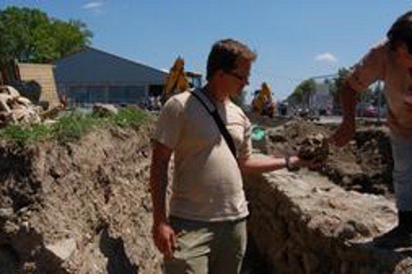 Archeológovia. Lýdia Gačková a Peter Šimčík našli aj úlomky keramiky, mincu a množstvo ľudských kostí.