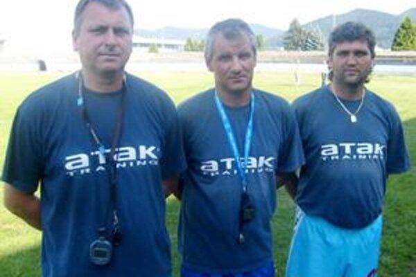 Trojlístok 1. HFC. Realizačný tím. Zľava Andrej Čirák (asistent), Jozef Valkučák (tréner) a Jaroslav Madeja (tréner brankárov).