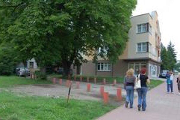 Autá sa teraz na trávnik pred umeleckou školu nedostanú. Pozdĺž chodníka sú palisády.