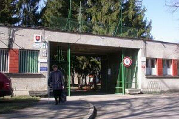 Pacienti budú z areálu vychádzať iba hlavným vchodom na Ulicu mieru.