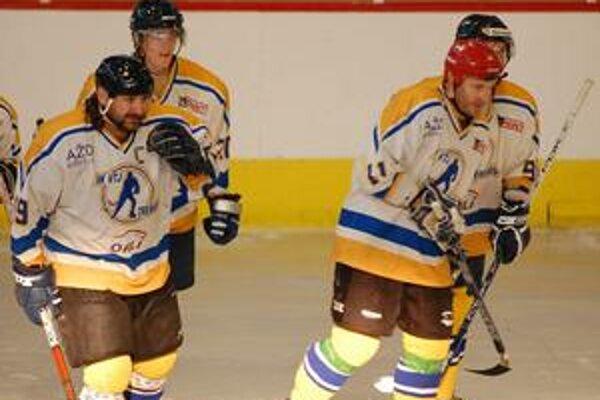 Hokeju hrozí zánik. Mužstvá, ktoré hrajú najvyššie súťaže, sú nahrané. Mesto si nemôže dovoliť urobiť im ľad, aby mohli trénovať na sezónu.