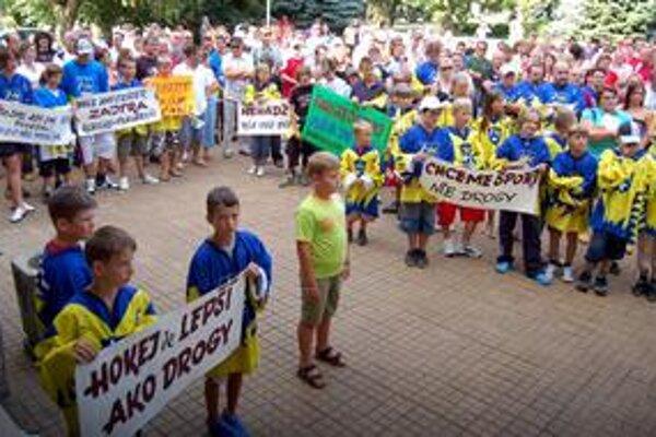 Bojovali deti aj dospelí. Za záchranu hokeja prišli protestovať malí aj veľkí. Ich heslá hovorili, prečo.