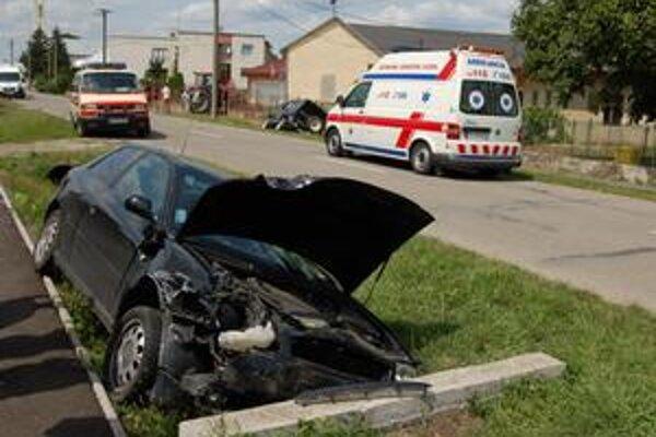 V priekope. Audi zastavil betónový mostík. Suzuki skončilo v priekope na druhej strane.