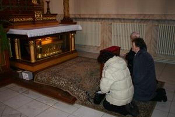 Relikvie mučeníka sú miestom pokoja a prosieb stoviek veriacich.