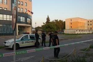 Polícia na vyše dve hodiny uzavrela parkoviská. Bomba pod autom sa nepotvrdila.