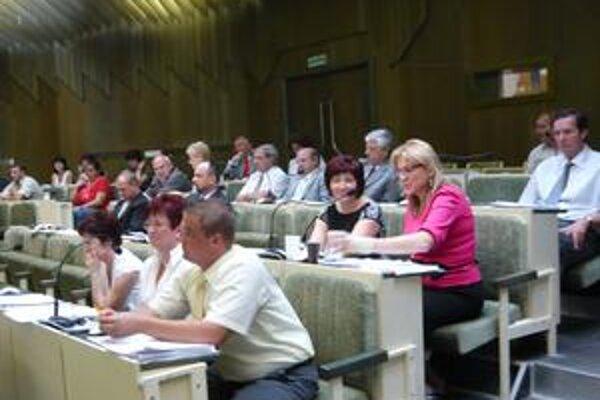 Poslanci. Humenskí poslanci po vystúpení Milana Mňahončáka primátora Kostilníka nevyzvali, aby na obvinenie zo zneužitia svojich právomocí reagoval a odpovedal na Mňahončákove otázky.