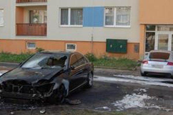 Zhorené autá v Michalovciach. Požiar najviac poškodil mercedes. Horiace audi sa samovoľne pohlo smerom k obytnému domu.