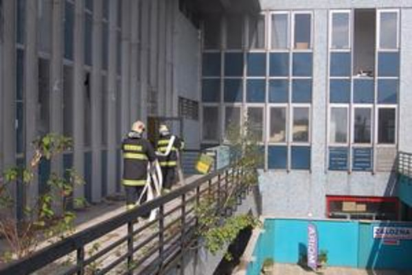 Pešia zóna. Hasiči včera likvidovali požiar v bývalom OD Elán. Naposledy tu zasahovali v marci.