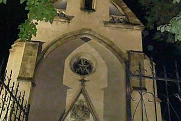 Osvetlená kaplnka. Nachádza sa na kopci nad mestom. Od štvrtka ju vidieť aj v noci.