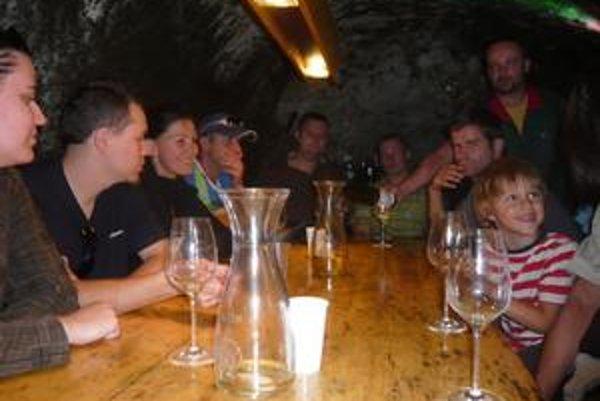 Degustácia. U Matúša Vdovjaka v jednej z gazdovských pivníc nebolo núdze o výborné vínko, odborný výklad a príjemnú atmosféru.