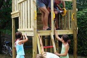 Detské ihrisko. Na výstavbe sa podieľali dobrovoľníci z obce.