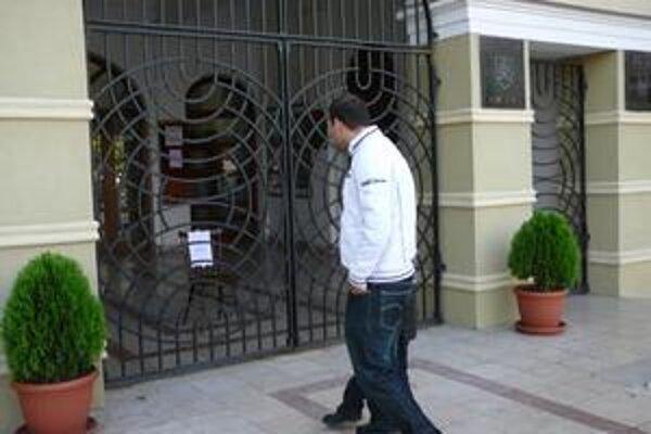 Zatvorený magistrát. Michalovčania sa v piatok na úrad nedostali. Na stoličke za bránou bol nápis: Z technických dôvodov zatvorené.