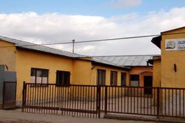 Malá škola, veľa detí. V tejto prízemnej budove sa tiesni 616 detí. Musia chodiť na dve zmeny.