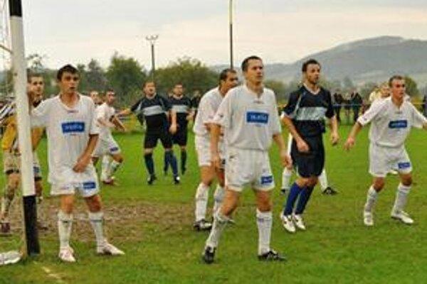 Peter Murinčák. Hrajúci kamenický tréner (uprostred v bielom drese) zažil uplynulý víkend krvavé futbalové chvíle.