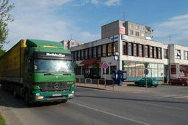 Cesta I/50. Je hlavným ťahom na Ukrajinu a rozdeľuje mesto na dve časti. Často tu dochádza k tragickým nehodám.