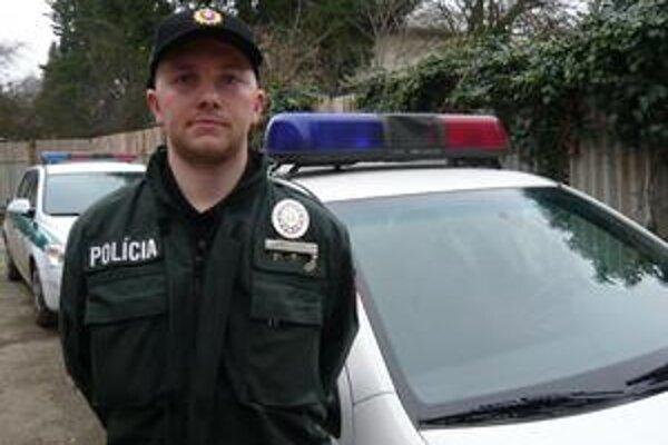 Práporčík Radovan Meždej. Je jedným z policajtov, ktorí nevzali na ľahkú váhu telefonát samovraha.