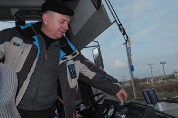 """Vodič autobusu. """"Nevieme, po ktorej ceste máme ísť, kde platíme a kde nie,"""" povedal Michail Gaza z Ukrajiny."""