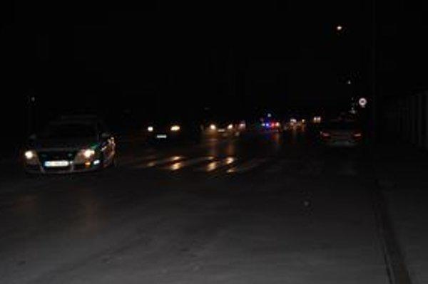 Policajná kolóna v uliciach Humenného v nedeľu večer. Vraj slúžila na odpútanie pozornosti skutočného príletu väzňov z Guantanáma.