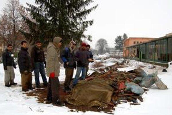 Veď to nikto nepotrebuje. Rómovia odnášanie dreva z búračky považujú za normálnu vec, lebo ho vraj už aj tak nikto nepotrebuje. Oni hej.