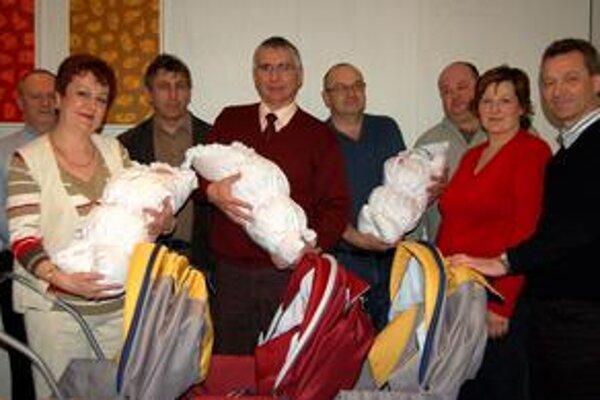 Dojatí rodičia a rotariáni. Z troch živých batôžtekov boli dojatí aj rotariáni. Neodolali a povarovali ich.