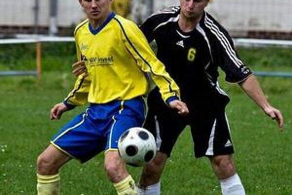 Piatoligisti začínajú. Zo zápasu Kamenica n/Cir. - Pakostov. Domáci Murinčák (vľavo) a Jozef Gombita.