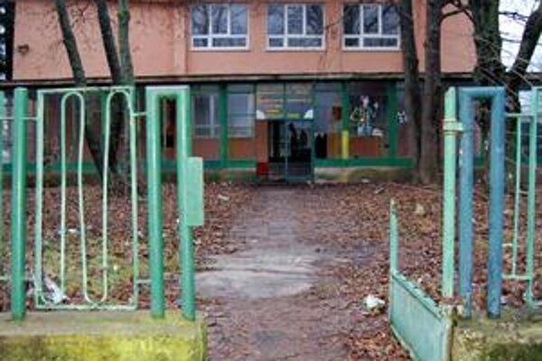 Horúco okolo predaja. Okolo predaja zrušenej školy je stále horúco. Na snímke záber, keď ešte stála. Dnes už neexistuje.