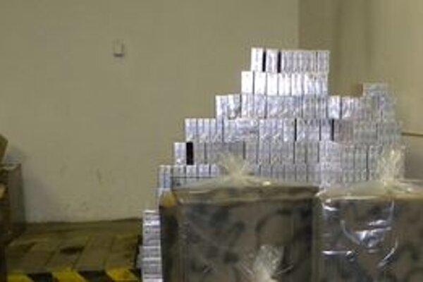 Zadržaný cigaretový kontraband. Colná hodnota cigariet je 14 100 eur.