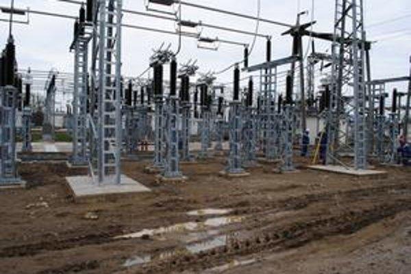 Voľa. Elektrická stanica prechádza rozsiahlou rekonštrukciou. Od stredy 31. marca odtiaľto prúdi elektrina do oceliarne.
