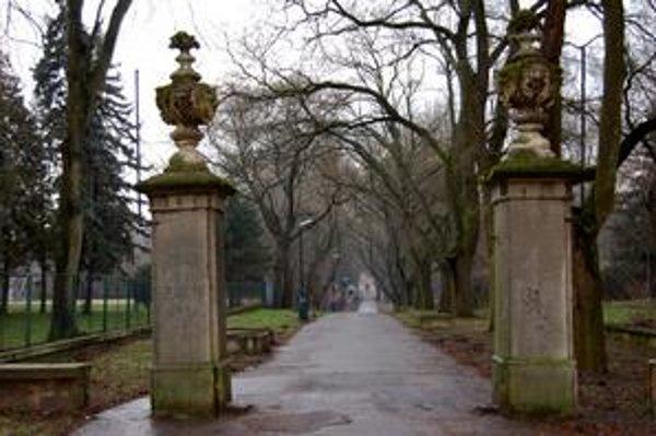Zmiznutá brána. Vzácna historická brána pri vstupe do parku pred rokmi zrazu zmizla. Odpoveď, kde je, dostali poslanci len prednedávnom - primátor priznal, že je u Vladimíra E.