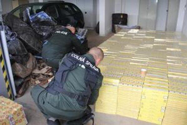 Cigarety. Policajti zadržali 3 128 kartónov cigariet v hodnote viac ako 68-tisíc eur.