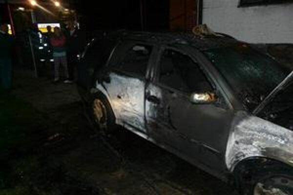 Podpálené auto. Neznámy páchateľ spôsobil Sobrančanovi škodu za vyše 5-tisíc eur.