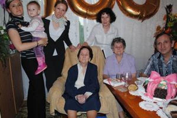 Rodina. Je podľa pani Janky (v strede) to, prečo si udržala sviežu myseľ a zdravie v takom vysokom veku. Na fotografii (zľava) pravnučka Marika s prapravnučkou Sofinkou, vnučka Ingrid, dcéra Gabriela, dcéra Magdaléna (v sede) a vnuk Ľudovít.