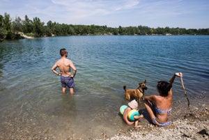 Napriek zákazu kúpania ľudia na jazerá chodia.