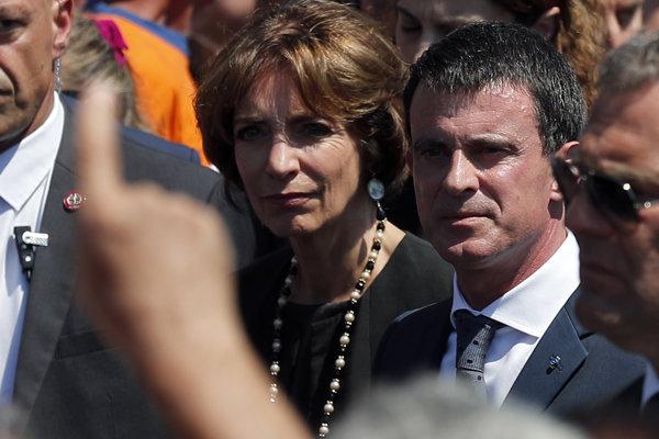 """Manuel Valls (vpravo) počas """"veľmi hluičnej"""" minúty ticha."""