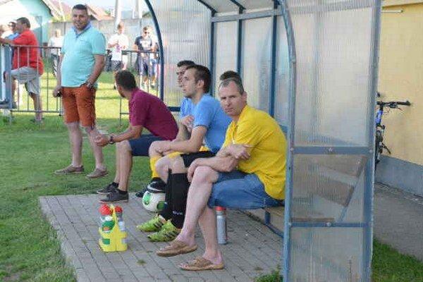 Víťazný návrat. V minulej sezóne Miroslav Dunčko (vpravo) sedel na lavičke Smižian. Teraz ako kormidelník Levoče bral všetky tri body za víťazstvo 2:1.