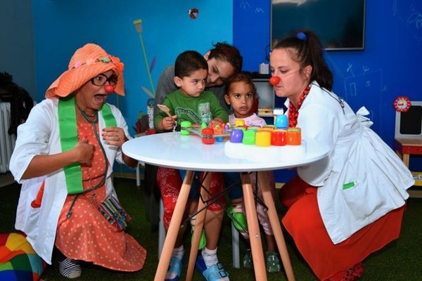 Na snímke klauni Červené nosy zabávajú detských pacientov v novozriadenej izbe na hranie na detskom oddelení nemocnice Svet zdravia v Spišskej Novej Vsi.