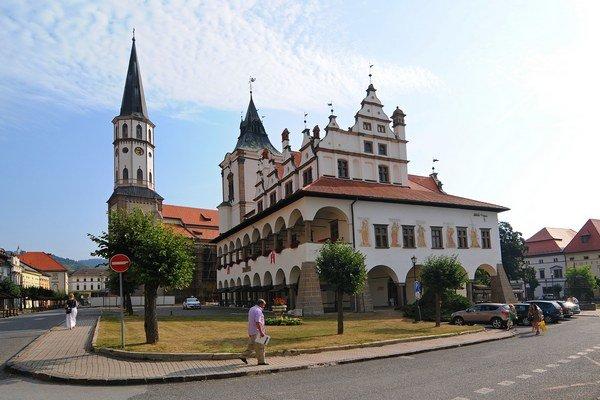 Budova renesančnej radnice z druhej polovice 15. storočia so zvonicou a veža Chrámu svätého Jakuba na Námestí Majstra Pavla v Levoči.