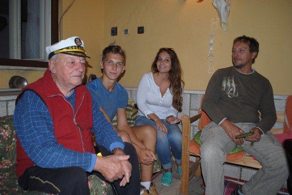 P. Leskovský s kapitánskou čiapkou. Spomína s rodinnými príslušníkmi na chvíle pri mori.