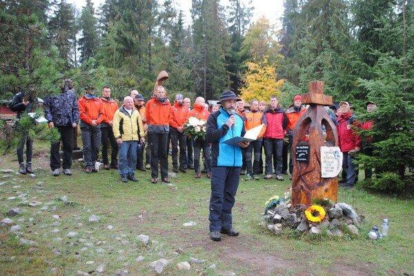 Správca symbolického cintorína Vladimír Mucha pri otvorení pietnej spomienky.