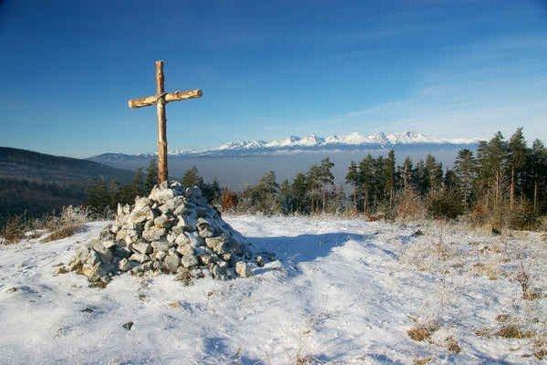 Kríž nad Kláštoriskom. Miesto ponúka krásnu scenériu.