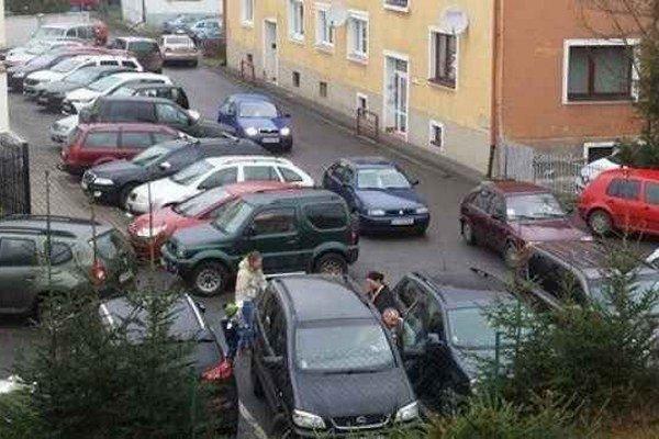 Tesno. Niekedy poriadne nepootvoríte dvere auta.