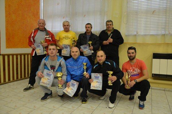 Turnajoví medailisti. Na jubilejnom ročníku Memoriálu Martina Kočiša vDomaňovciach dominovali Ján Gonda (hore vľavo) aMichal Vojtila (dolný rad vľavo).