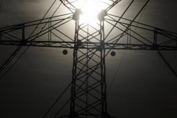 Tradičným dodávateľom elektriny pomaly pribúda konkurencia. Prechod k nej si však treba poriadne premyslieť. Distribučky chcú totiž znižovať ceny.
